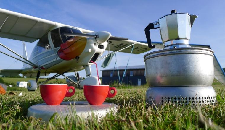 Kaffeekochen vorm Flugzeug © Andrés Chavarría