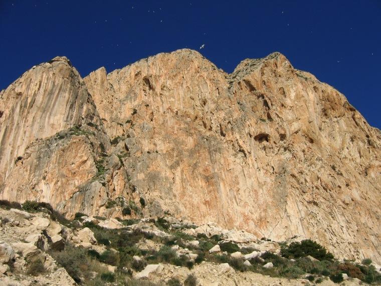 """Die Südseite des Peñón de Ifach, mittendrin der """"Diedro UBSA"""" © Maja Christ"""