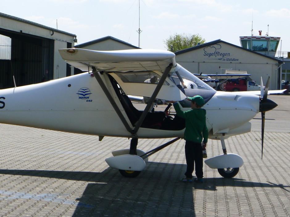 Sohn 2 beim Flugzeug- und Pilotenwechsel