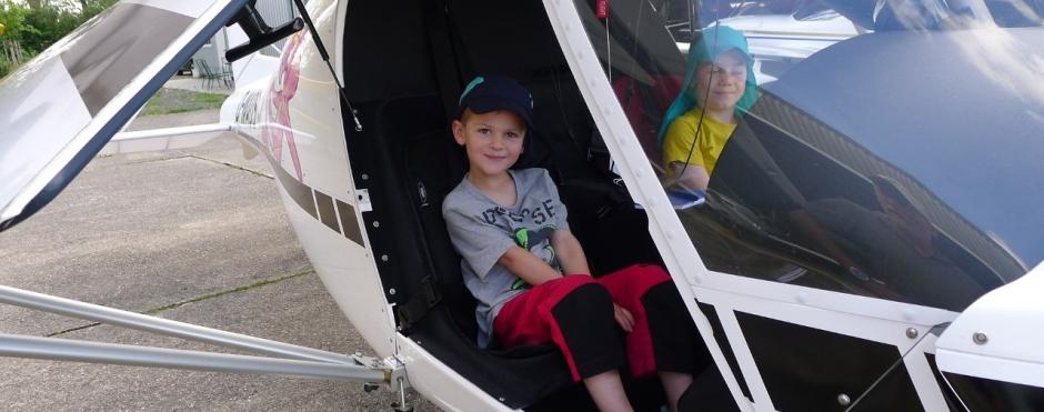 Kinder am Flugplatz haben Spaß