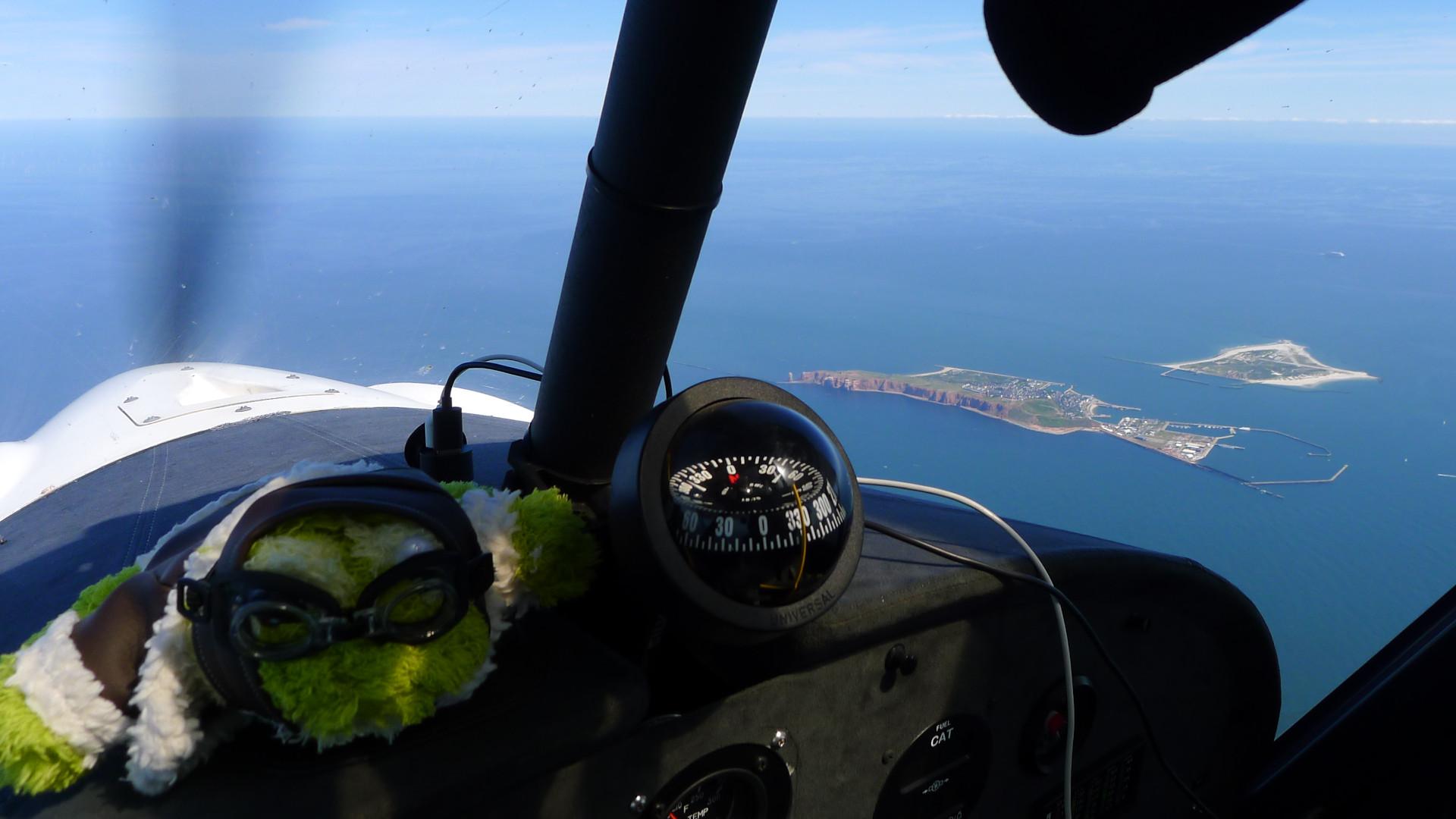 Helgoland ist in Sicht und um uns blaues Meer © Maja Christ