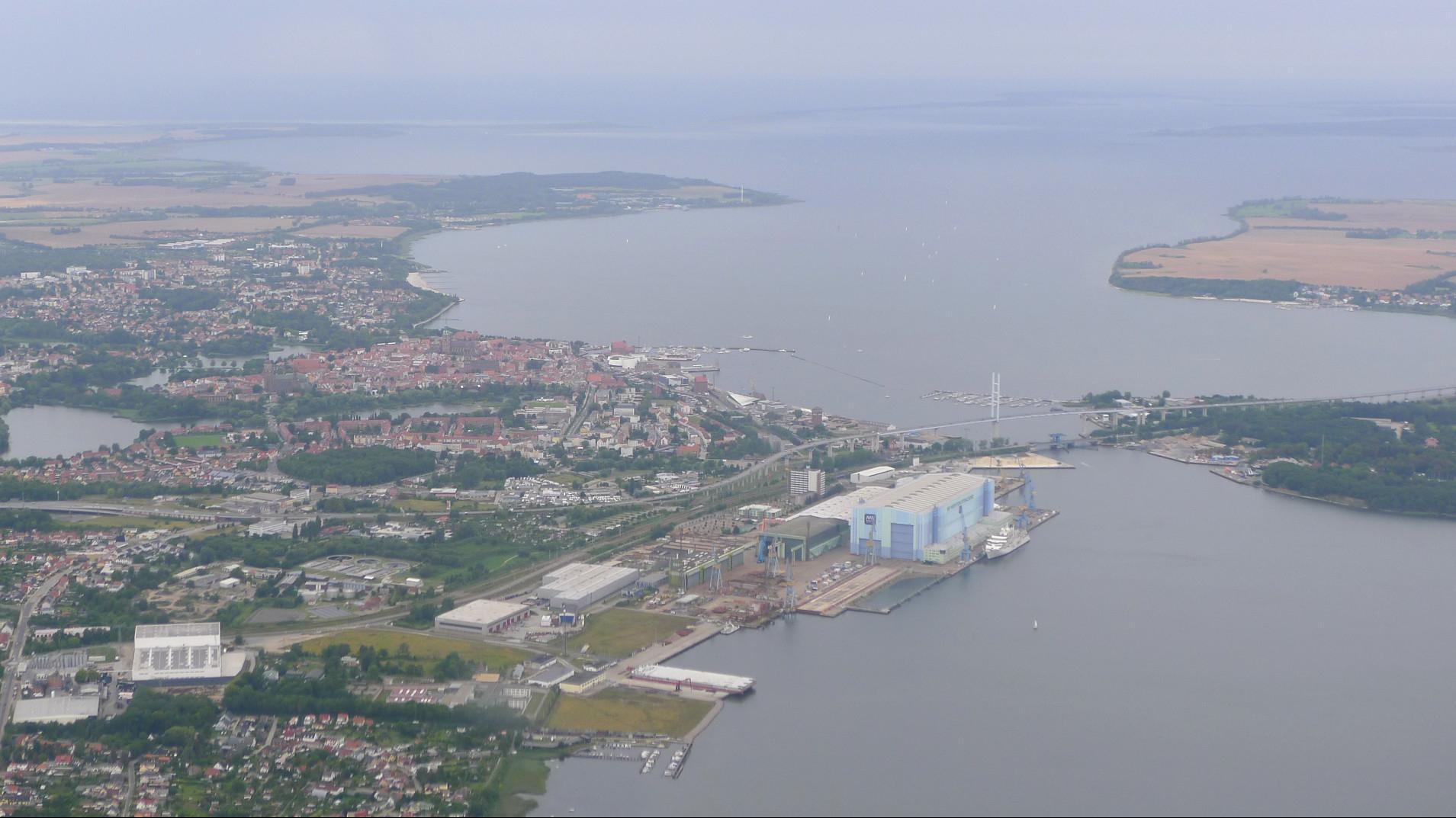 Stralsund mit der Werft aus der Luft © Andrés Chavarría