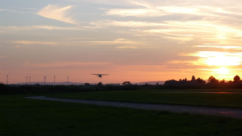 Anflug mit einer C42 in der Abendstimmung Flugplatz Worms EDFV © Chavarria