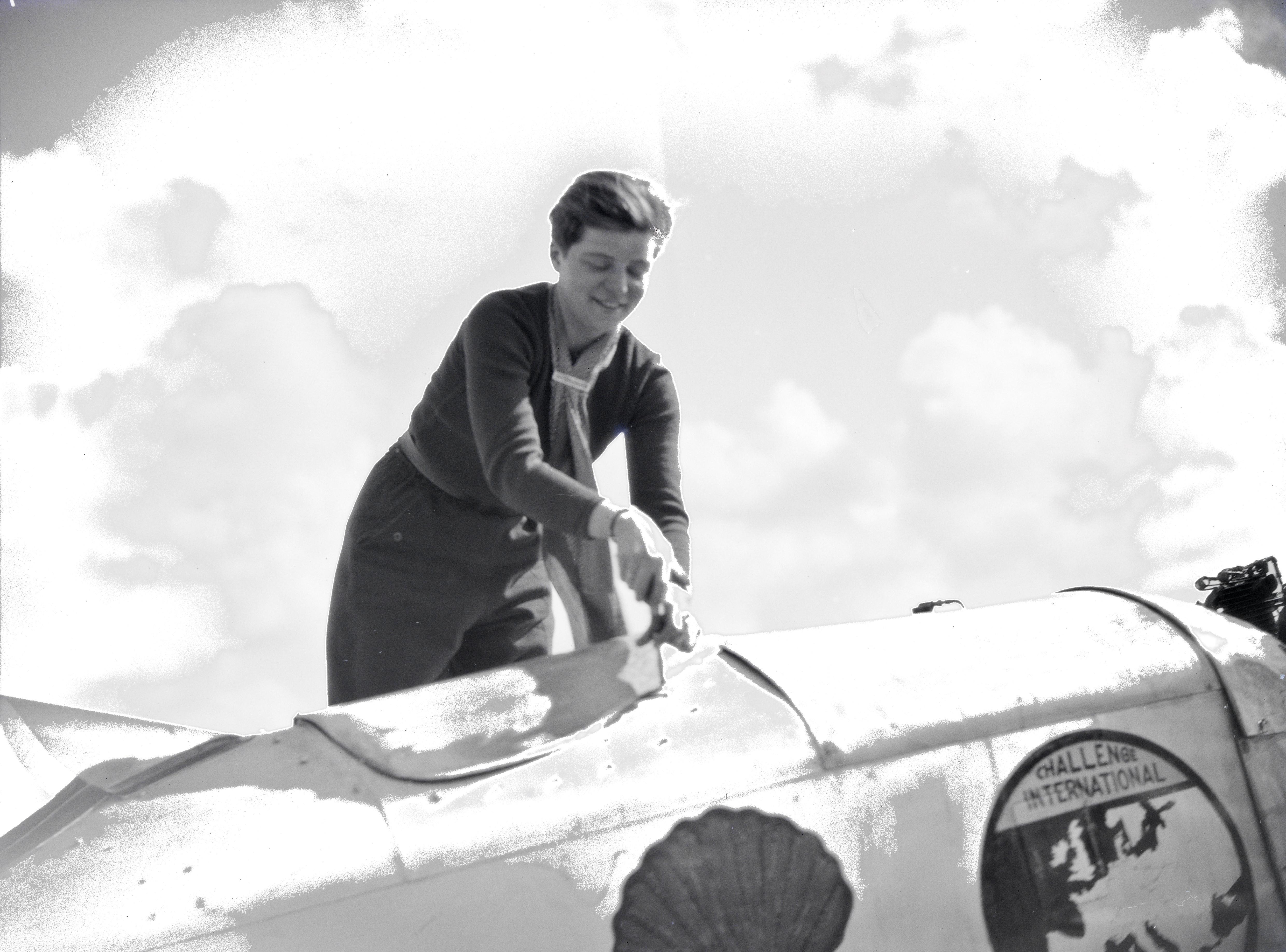 Elly Beinhorn beim Arbeiten an ihrem Flugzeug am Kap Juby, ETH-Bibliothek_LBS_MH02-08-1037