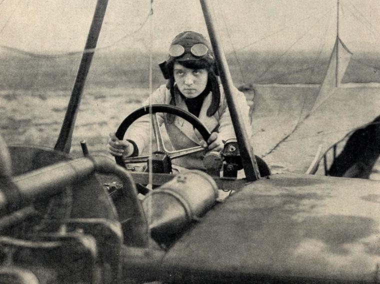 Melli Beese auf ihrer Rumpler-Taube (1911), frei