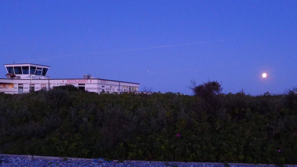Abendlicher Flugplatz mit Mond © Maja Christ