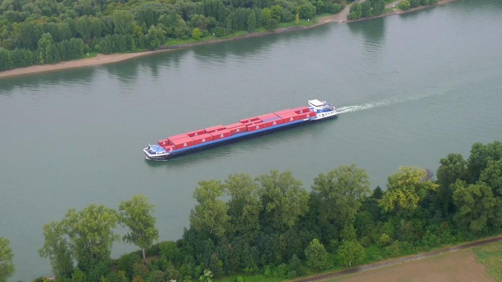 Containerschiff auf dem Rhein © Maja Christ